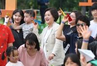 문재인 대통령의 부인인 김정숙 여사는 26일 오후 서울숲 가족마당에서 미혼모 및 다문화가족 등과 만나는 행사에 참석했다.