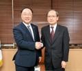 El ministro de Finanzas surcoreano con el enviado japonés
