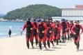 海開き前に救助訓練