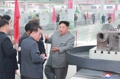 El líder norcoreano inspecciona una fábrica de maquinaria