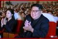 El líder norcoreano observa una actuación con Kim Yong-chol