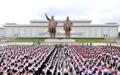 Los niños norcoreanos rinden homenaje a los exlíderes del país