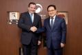 Ministro de TIC surcoreano con el embajador argentino