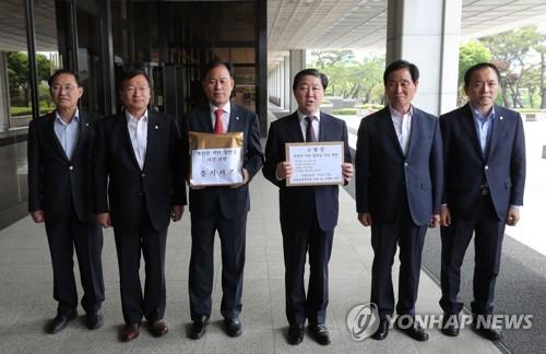 한국당, 정의용 직권남용 혐의로 검찰에 고발