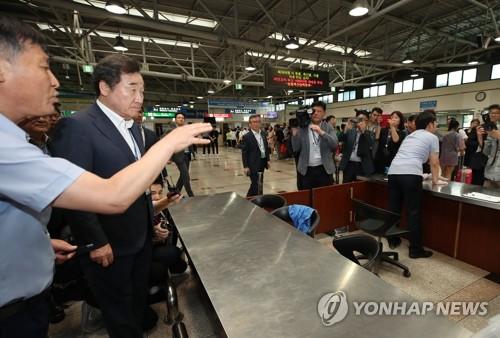 """이총리, 인천항 돼지열병 검역현장서 """"100% 잡아낼 수 있느냐"""""""