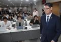김연철 장관, 북한 식량 추가 지원 발표 위해 입장