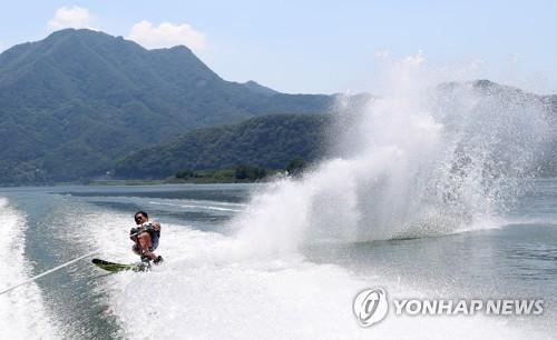 무더위 날린다…춘천 의암호서 수상스키·웨이크보드대회