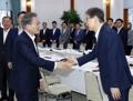 Moon con el vicepresidente de Samsung Electronics