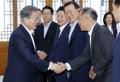 Moon con el vicepresidente de Hyundai Motor
