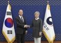 La canciller surcoreana con el diplomático estadounidense para Asia Oriental