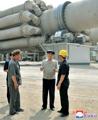 Un funcionario norcoreano inspecciona una planta de cemento