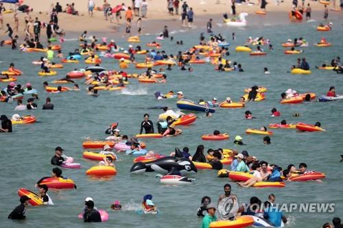 '막바지 피서 즐기자'…해수욕장 북적대고 곳곳에 나들이 행렬