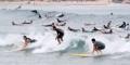 Surfeando en una playa del mar del Este