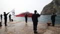Los guardias de patrulla de Dokdo saludan a un barco