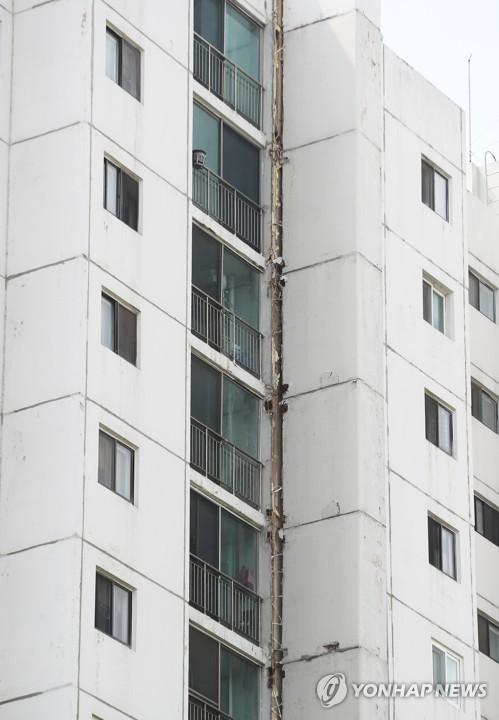 수원 아파트 벽체는 이상없어…균열발생 배기구조물 철거키로(종합)