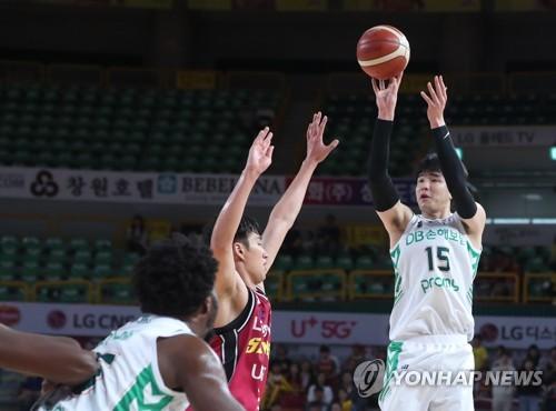 김종규, 첫 친정 나들이서 17점…DB 개막 4연승·LG는 5연패(종합)
