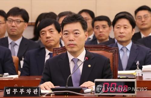 """법무차관 """"검찰 수사권·기소권 분리 방향으로 가야"""""""