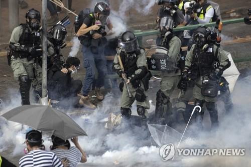 韓관광객 2명, 홍콩 이공대 '전쟁터'에 갇혔다 탈출