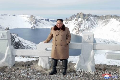 김정은, 49일만에 군마타고 백두산 등정…이번엔 軍간부 동행