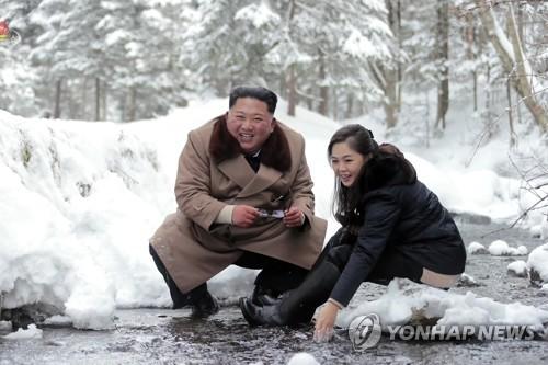 北김정은·리설주, '부부애' 과시…부인 공개안한 김정일과 대비