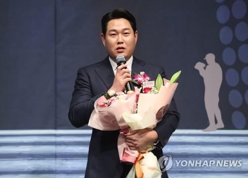 '하루에만 트로피 2개' NC 양의지, 스포츠서울 올해의 선수상