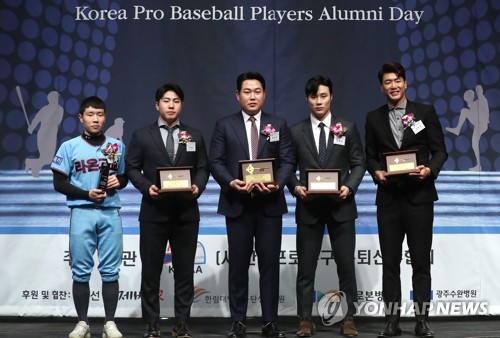 NC 양의지, 은퇴 선수 선정 최고의 선수상 수상