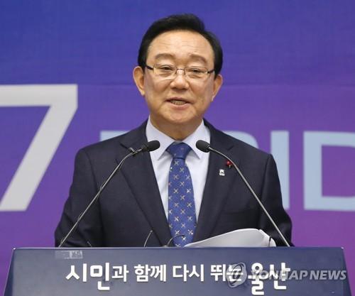 '하명수사·선거개입 의혹' 송철호 울산시장 첫 검찰 출석