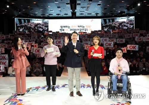 """신입사원 만난 최태원 """"공동체 행복추구에 신선한 자극"""" 당부"""