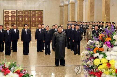 김정은, '김정일 생일' 금수산 참배…코로나 속 22일만에 등장(종합)
