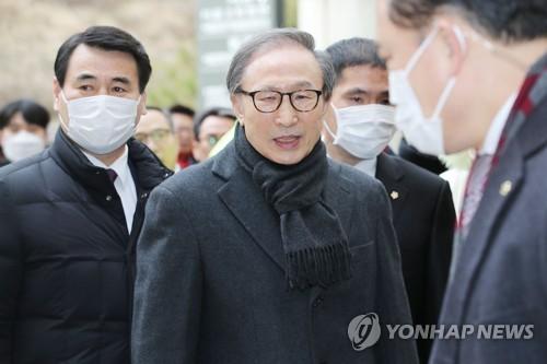 """이명박, 2심 징역 17년·350일 만에 재구속…""""책임 저버려""""(종합2보.."""