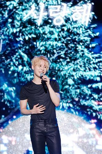 Junsu speaks to the crowd during the opening showcase for his fourth full-length solo studio album in southeastern Seoul on May 30, 2016. (Yonhap)