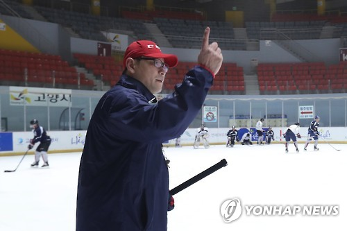 Jim Paek, head coach of the South Korean men's national hockey team, gives out orders during a practice at Goyang Eoulim Nuri Sports Center in Goyang, Gyeonggi Province, on Feb. 2, 2017. (Yonhap)