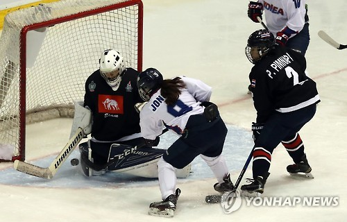 Park Jong-ah of South Korea (C) scores against Thailand in the women's hockey tournament at the Asian Winter Games at Tsukisamu Gymnasium in Sapporo, Japan, on Feb. 18, 2017. (Yonhap)