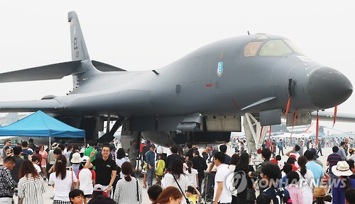 Visitors to Air Power Day at Osan Air Base in Pyeongtaek, 70 kilometers south of Seoul, check out a B-1B Lancer bomber on Sept. 25, 2016. (Yonhap)