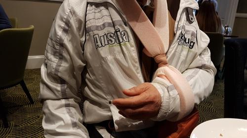 팔을 다친 한국인 관광객