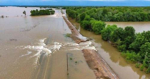 홍수로 터진 제방. 미국 아칸소 주