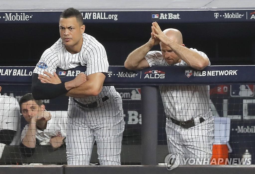 경기 지켜보는 양키스의 장칼로 스탠턴, 브렛 가드너
