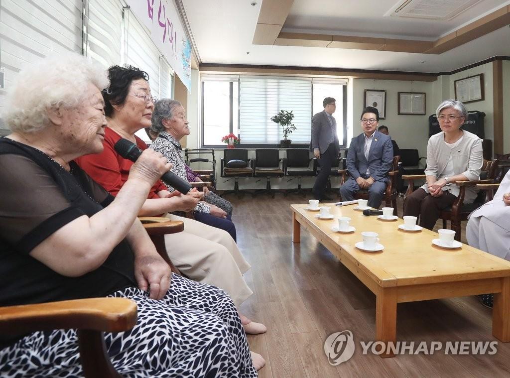 위안부 피해 할머니들과 이야기 나누는 강경화 후보자
