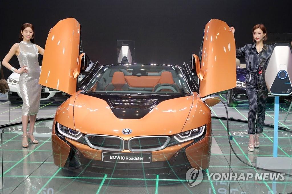 부산 모터쇼에 출시된 BMW의 플러그인 하이브리드카 i8 로드스터 [부산=연합뉴스]