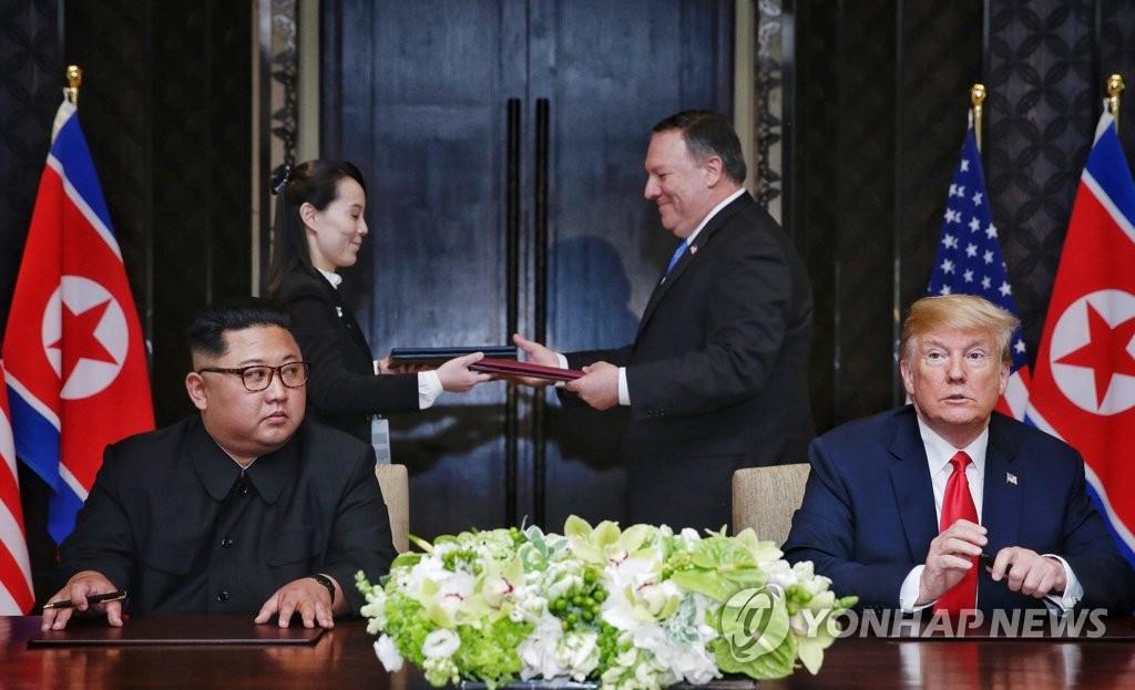 [북미정상회담] 공동합의문 교환하는 김여정-폼페이오